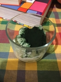 Spirulina powder with yogurt